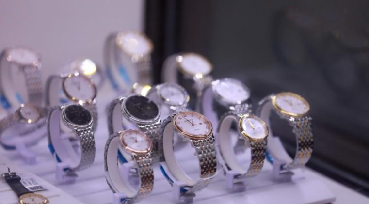 旅客违规携带275万元手表被海关查获 或面临有期徒刑_跨境电商_电商之家
